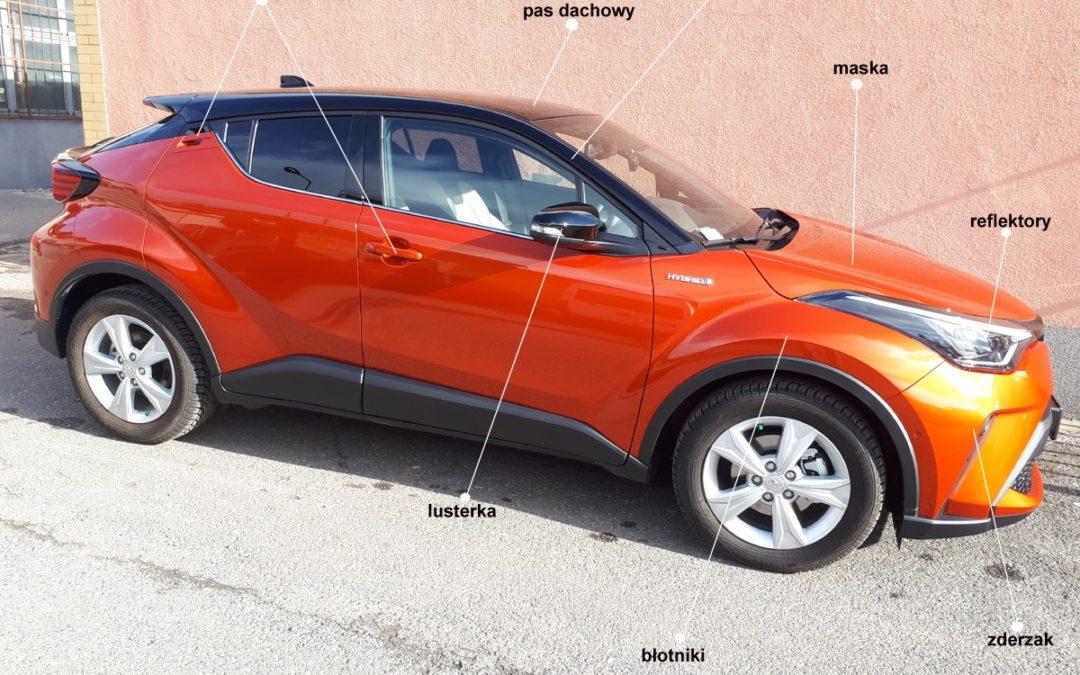 Nowiutka Toyota C-HR w kolorze Hot Orange zabezpieczona folią ochronną w pakiecie full front.
