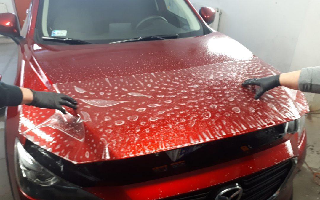 Mazda CX-3 została zabezpieczona foliami ochronnymi.